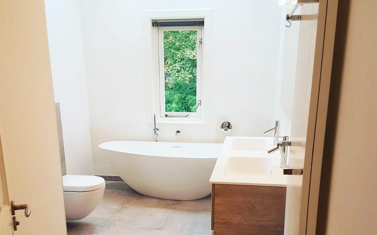 Badkamer Vrijstaand Bad : Badkamer vrijstaand bad eenvoudig ruime badkamer met